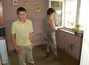 Chłopcy przetrwali powódź na szafie
