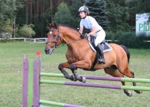 Siostry Asia i Ola Cebulak z Wiercan wygrały na zawodach w skokach konnych w Zabajce –  galeria ZDJĘĆ