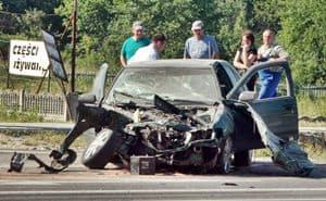 Kierowca cały, nissan na złom, dyrekcja każe czekać na autostradę – galeria ZDJĘĆ