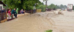 Deszczówka zalewa drogi, firmy i domy – galeria ZDJĘĆ