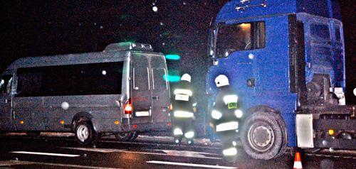 Ciężarówka zepchnęła busa, dwoje rannych