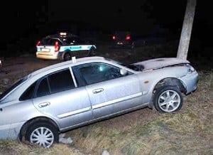 Mazda  na słupie, kobieta  w szpitalu