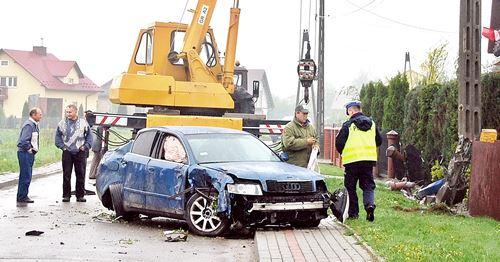 Audi rozpruło płot,  złamało słup, winny zwiał – galeria ZDJĘĆ