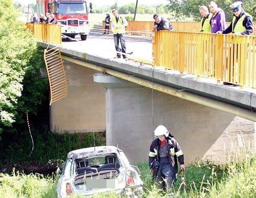 Auto skosiło barierki  i spadło z mostu – galeria ZDJĘĆ