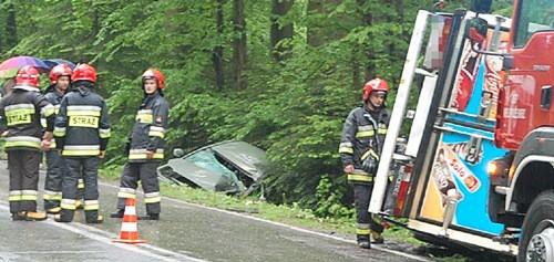 Troje rannych,  samochody w rowie