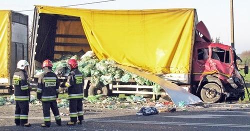 Potężne zderzenie. Czterech rannych  w wypadku ciężarówek – ZDJĘCIA