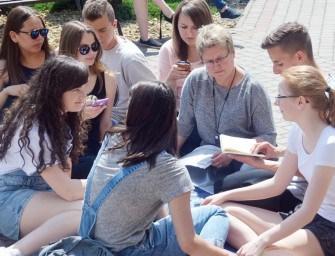 Licealiści pokazali, że czytają – ZDJĘCIA