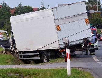 Ciężarówka wpadła do rowu – ZDJĘCIA
