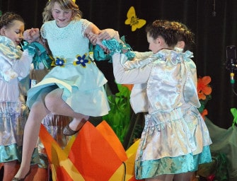 """Uczniowie z Gnojnicy zagrali """"Calineczkę"""". ZDJĘCIA"""