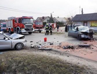 Kierowcy ranni w czołowym zderzeniu – ZDJĘCIA