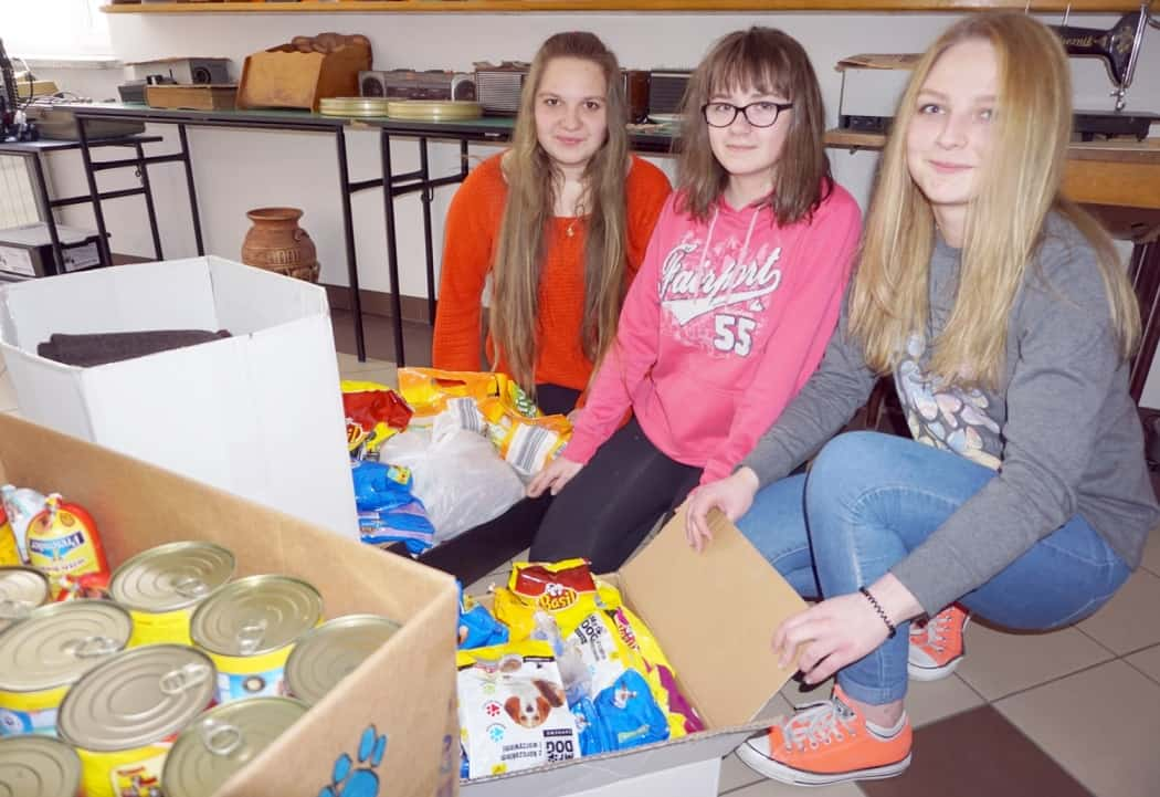 Od lewej: Weronika Feret, Emilia Szalwa i Julia Maciołek tuż przed przewiezieniem zebranej karmy i koców do schroniska.