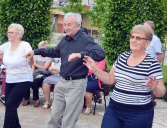 Potańcówka dla seniorów w Ropczycach – ZDJĘCIA