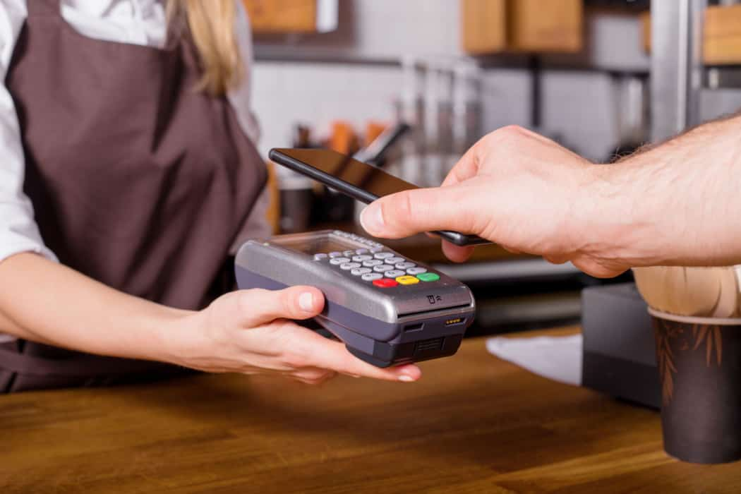 costumer scaning phone to pay