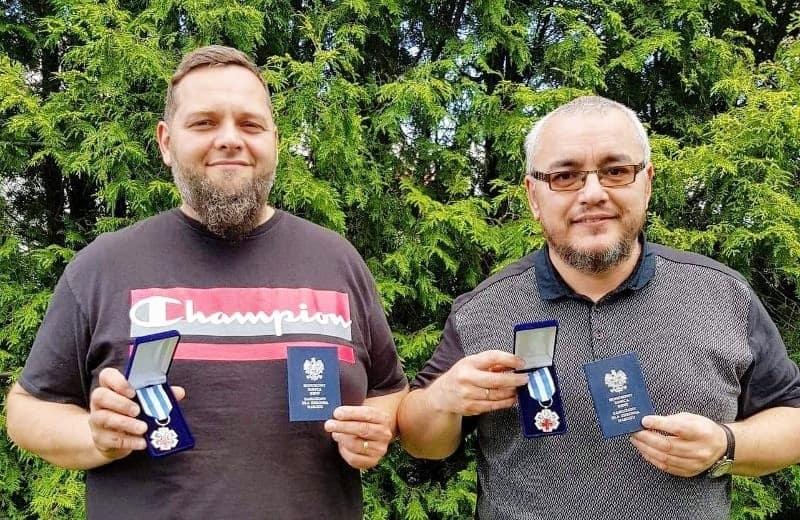 """Łukasz Łącała (nz. z lewej) i Janusz Ciepielowski oddali już tyle krwi, że zasłużyli na odznakę """"Honorowy Dawca Krwi – Zasłużony dla Zdrowia Narodu""""."""