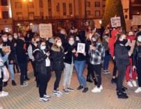 Kobiety po jednej stronie ulicy, kontrmanifestanci po drugiej. Protest w Ropczycach – ZDJĘCIA