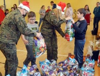 """""""Mikołaje"""" w mundurach. Żołnierze WOT z prezentami dla dzieciaków ze szkoły w Ropczycach."""